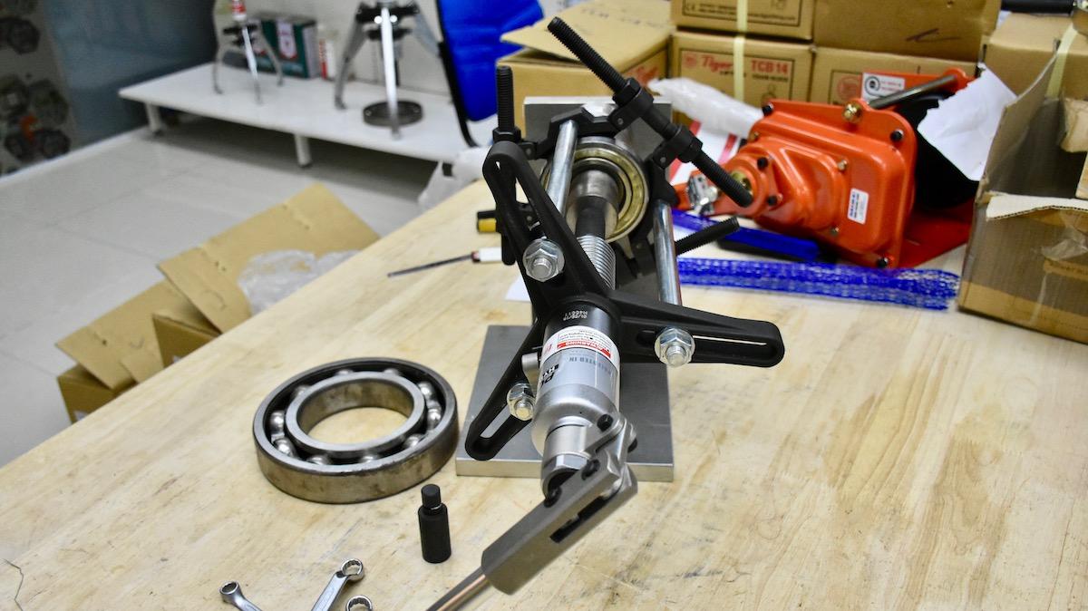 Tháo vòng bi bánh răng bạc đạn bằng cảo thủy lực mang cá 4 tấn P3412