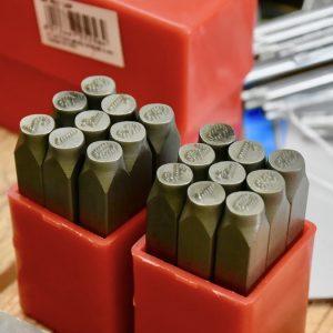 Bộ đục số trên kim loại có độ cứng phù hợp từ 58 – 60 HRC