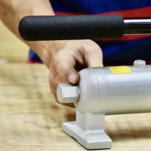 Ốc chăm dầu thủy lực nằm ở đuôi bơm HB700